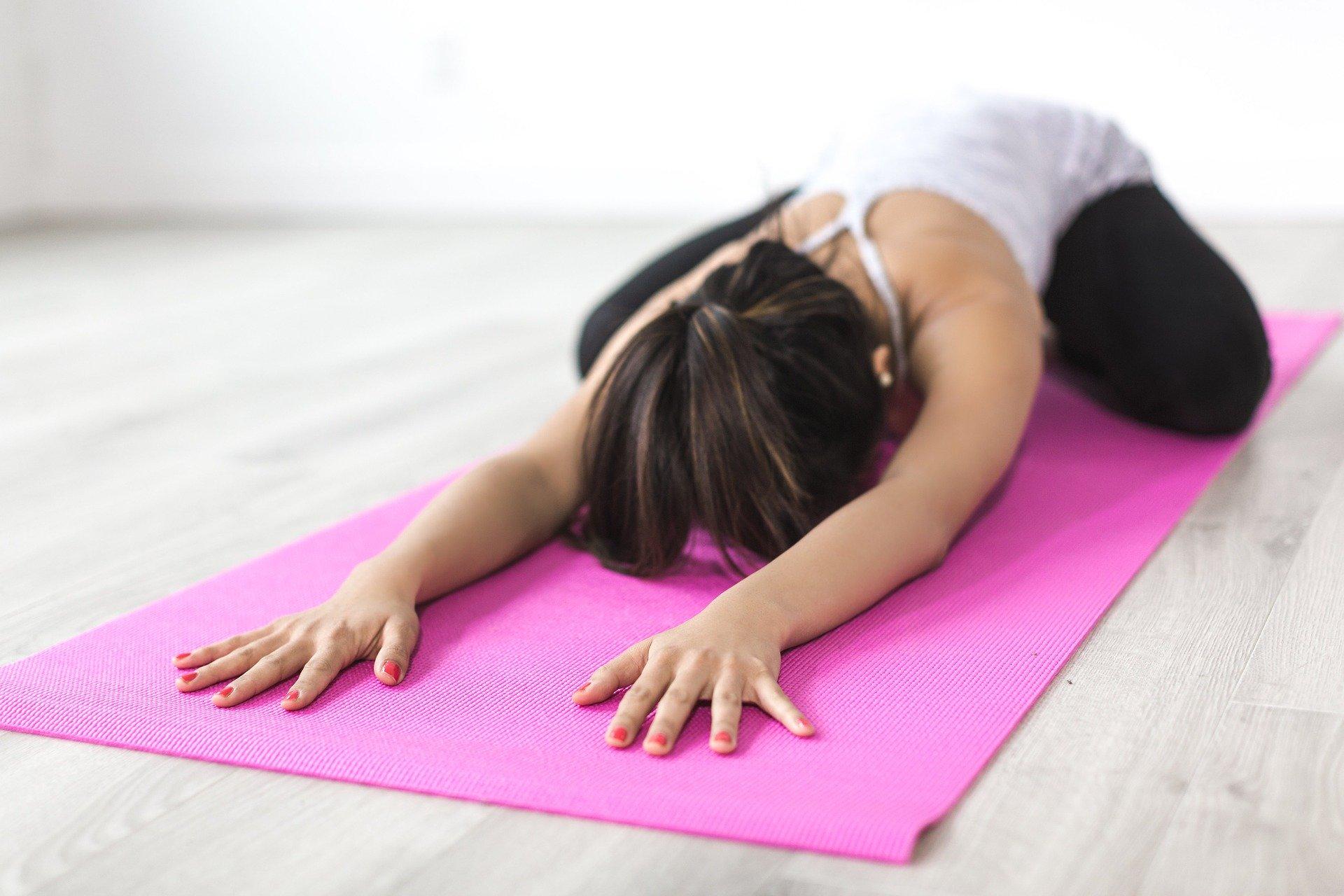Frau macht Yoga zur entspannung